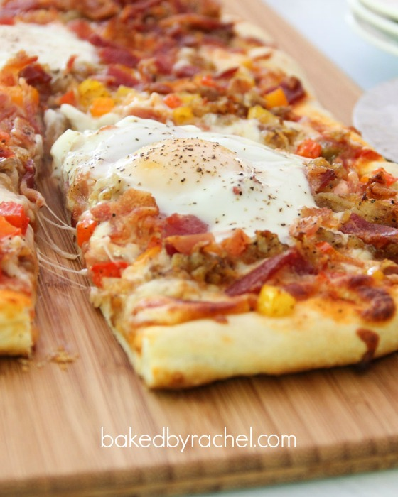 The most amazing and flavorful breakfast pizza you'll ever have! Recipe from @bakedbyrachel